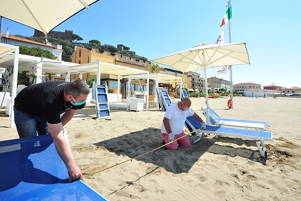 Отдыхающие на пляже должны соблюдать дистанцию
