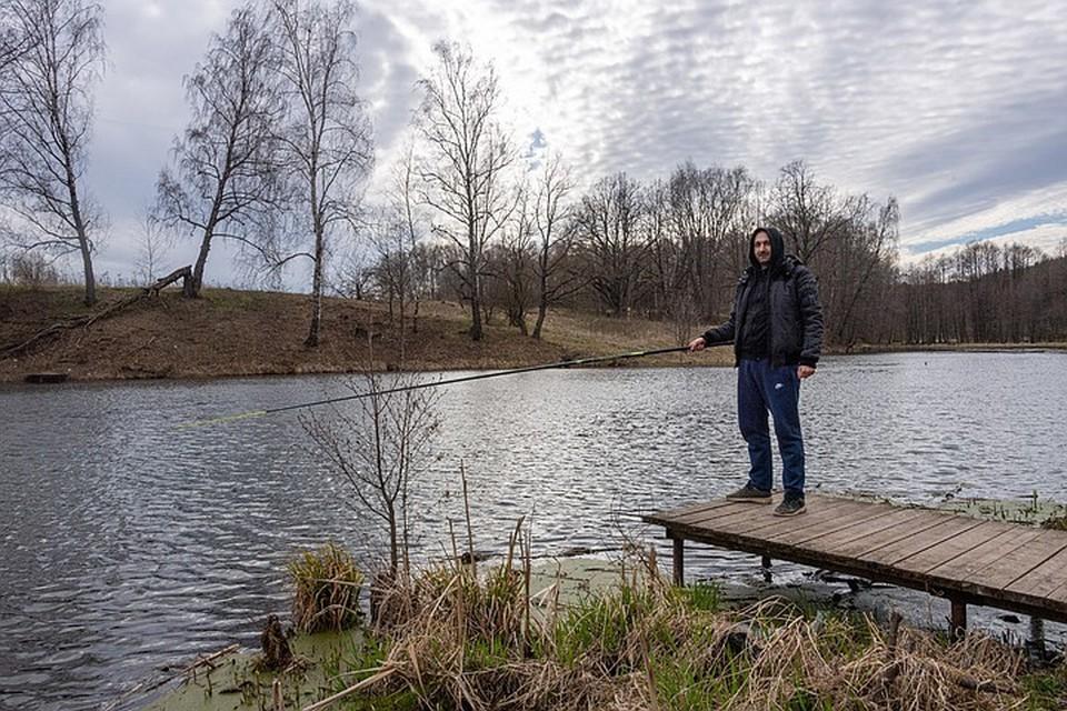 Николай Степанов (на фото) приехал порыбачить на Конопельку из Москвы.