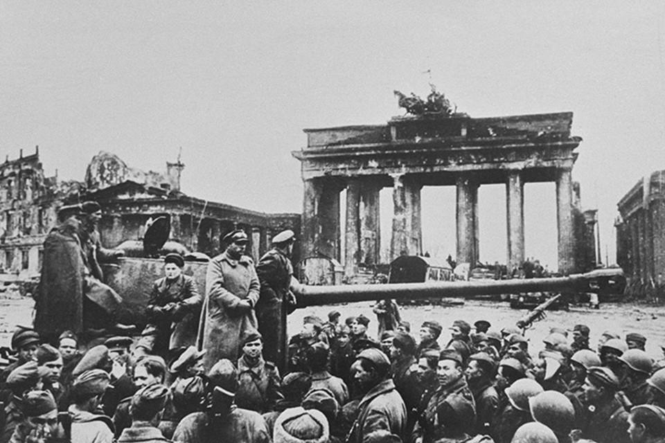 Советские солдаты на митинге у Бранденбургских ворот после взятия Берлина.