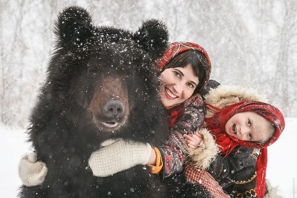 Медведи совсем ручные и ласковые. Фото: Ольга БУРМИСТРОВА.