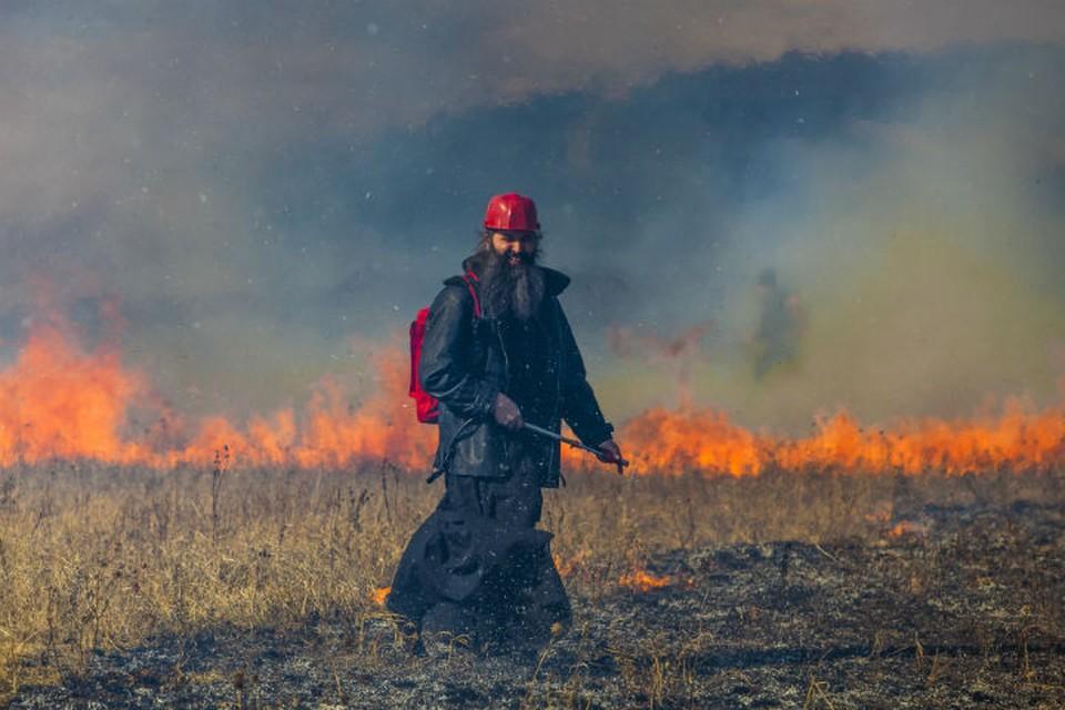 Священник вместе со своей дружиной спасает села от лесных пожаров. Фото: Агата КАРАСЕВА
