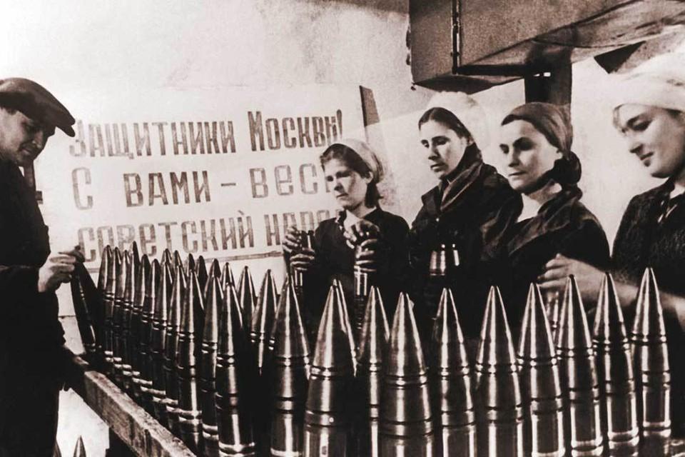 Москва. Производство артиллерийских снарядов на одном из оборонных заводов.