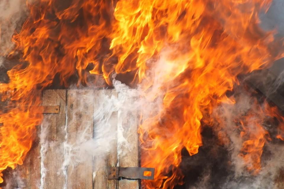 Донецкие пожарные не могут потушить дом из-за продолжающегося обстрела