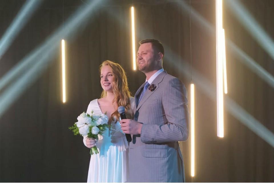 """Александр и Виктория поженились в прямом эфире в """"Зуме"""" и """"Инстаграме""""."""