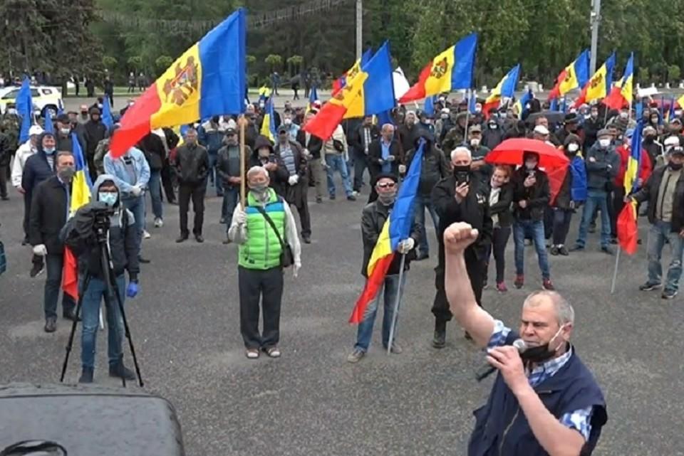 За провалившимся протестом в центре Кишинева стоят политик Ренато Усатый и похититель миллиардов Илан Шор. Фото: скриншот видео