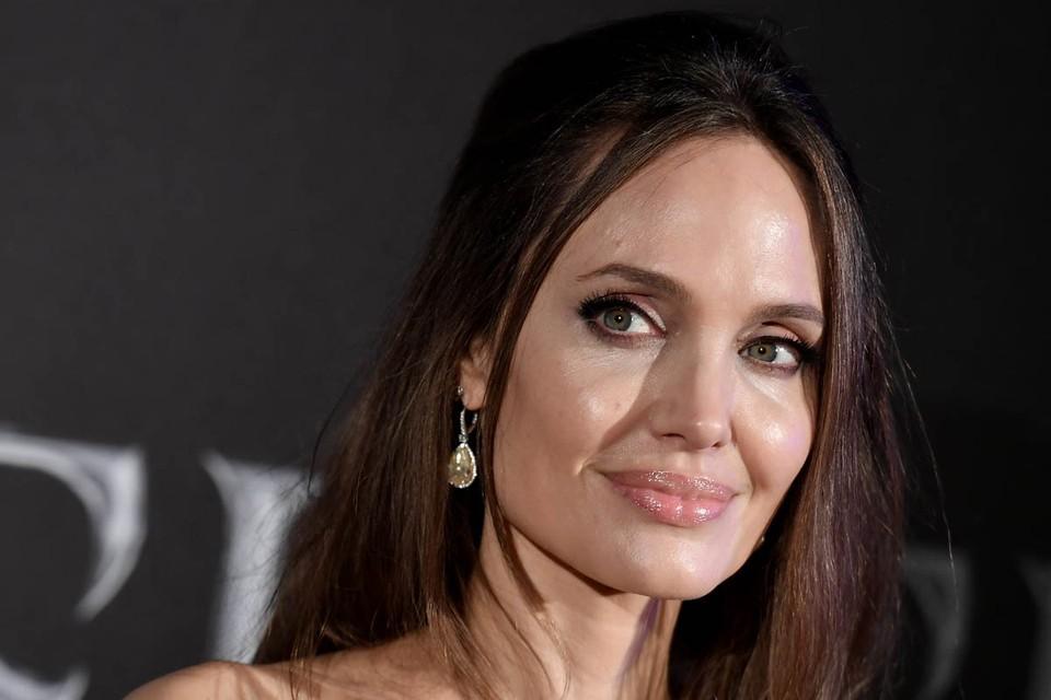 Анджелина Джоли возмущена поведением Брэда Питта. Актриса закатила грандиозный скандал, после того как ее бывший муж перезнакомил своих подружек с детьми.