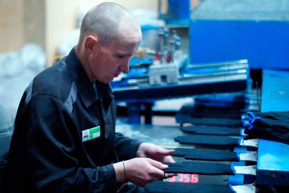 Осужденные продолжают работать на производственных участках, соблюдая все меры предосторожности.