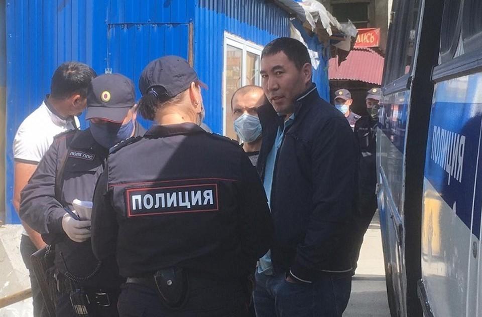 В торговом комплексе работает немало мигрантов. Фото: пресс-служба УМВД по Екатеринбургу