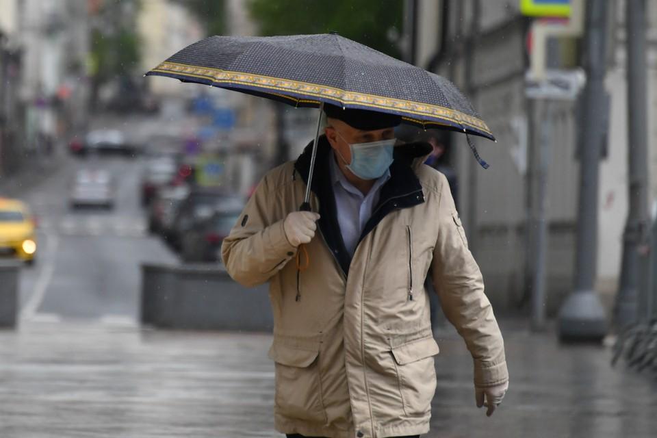 Медицинская маска и зонтик - обязательные атрибуты на воскресенье.