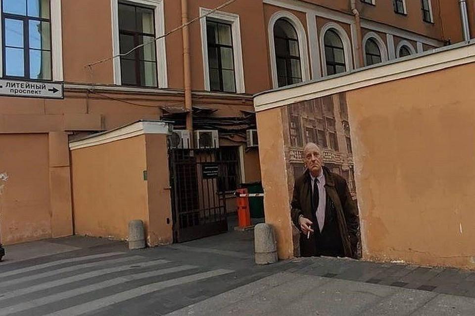 Портрет Бродского смотрел на свой дом меньше суток. Фото: instagram.com/urbanfresco