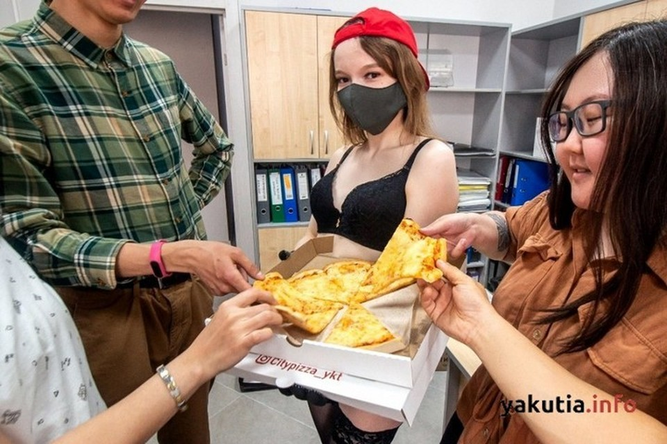 """В Якутске курьеры-стриптизерши резко повысили спрос на пиццу. Фото: """"Якутия Инфо"""""""