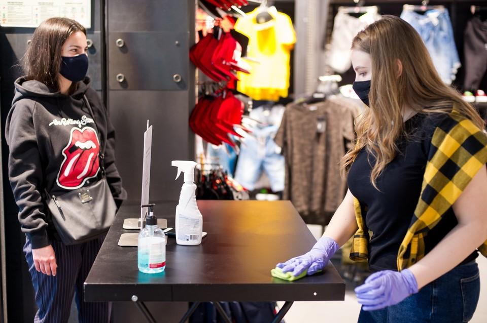 Роспотребнадзор обязывает проводить дезинфекцию перед открытием магазинов.