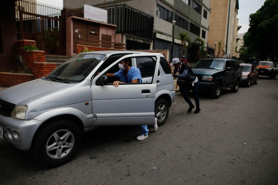 Президент страны Николас Мадуро в субботу объявил о том, что власти поднимают цены на бензин.