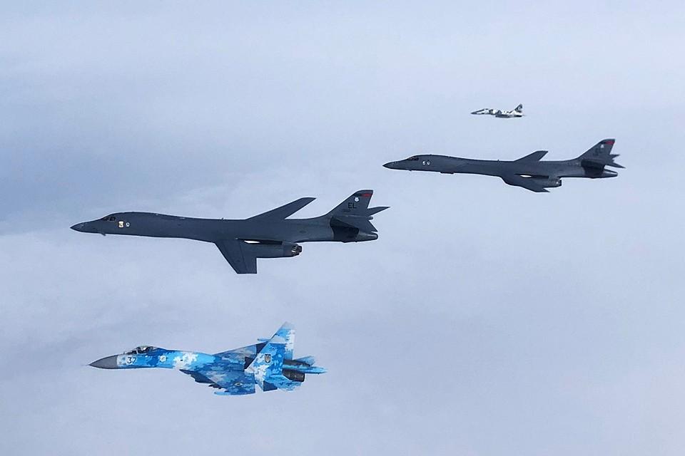 Два стратегических бомбардировщика США прошли над Чёрным морем. Причем их сопровождали украинские истребители Су-27 и МиГ-29