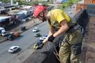 Режут веревки и угрожают облить кипятком: как устроена работа промышленных альпинистов в Ижевске?