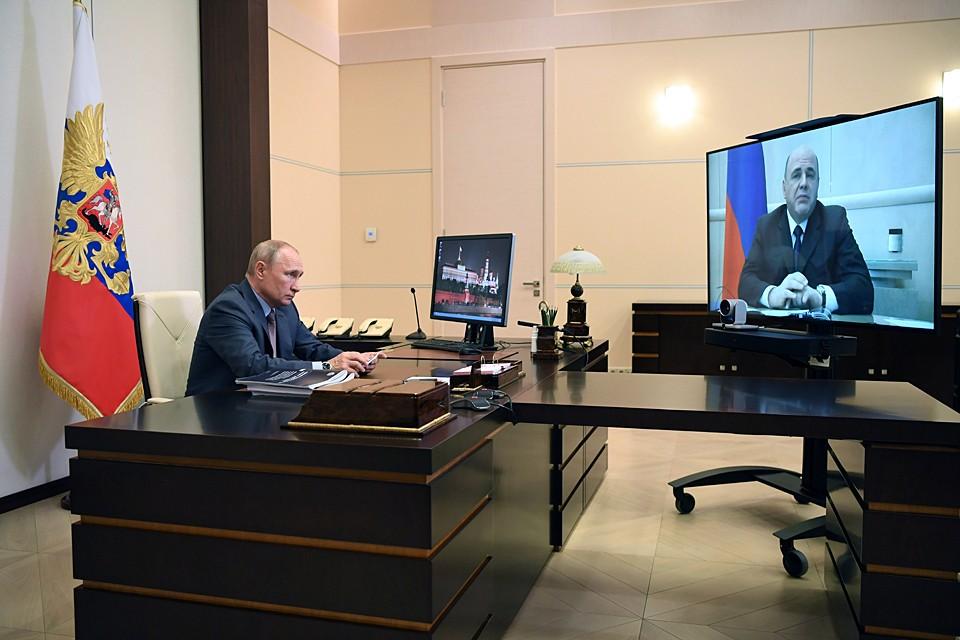 Во время доклада премьера Путин несколько раз брал в руки брошюры, изучали их, и было видно, что сделанным он доволен