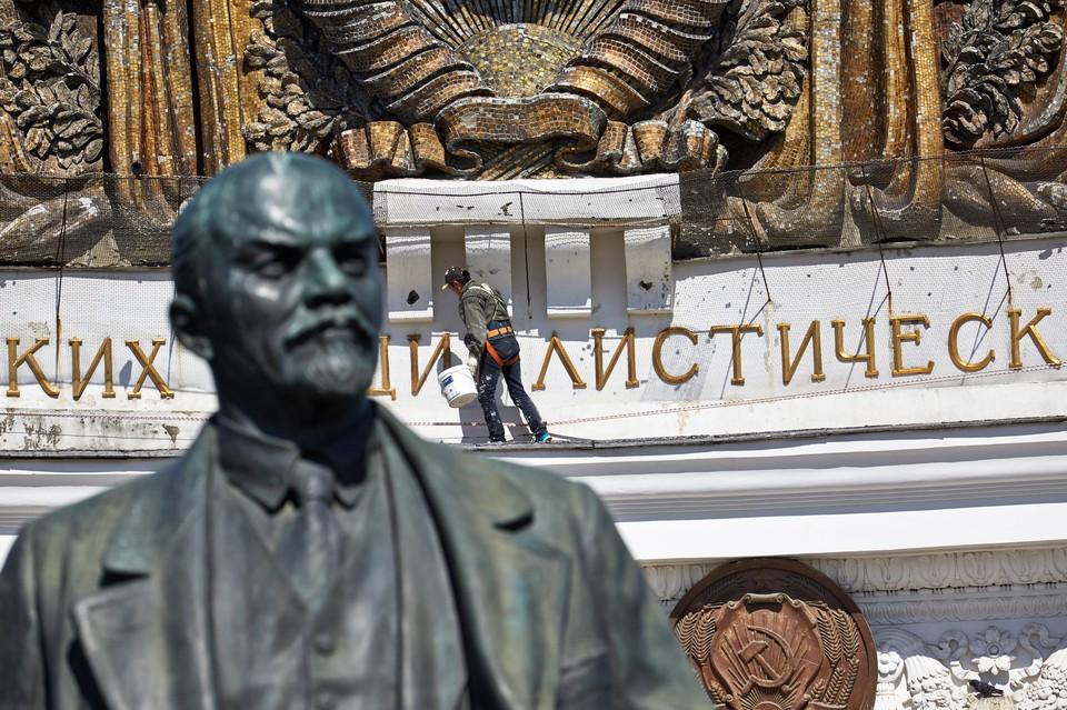 Там были бы позеленевшие от времени скучные статуи важных благотворителей, на каменные бороды которых клали бы голуби...