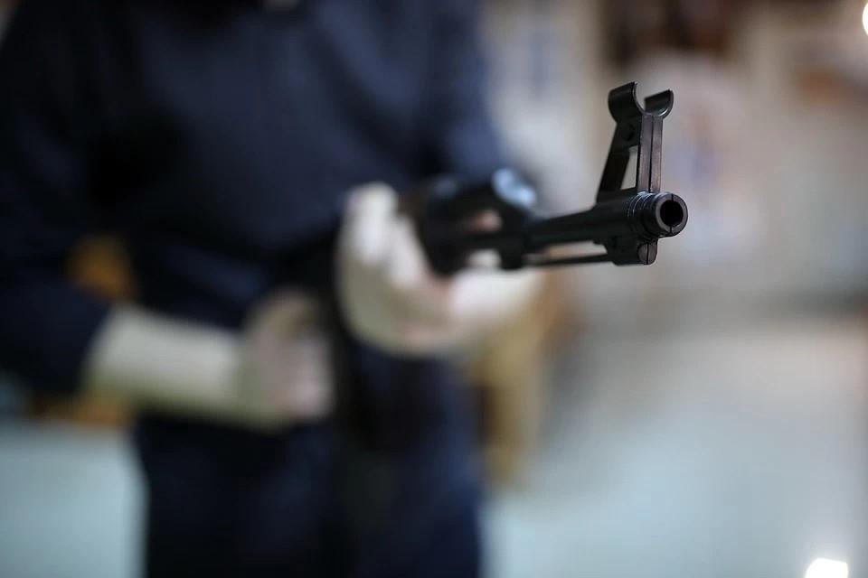 По данным ведомства, возбуждены уголовные дела по статьям: «Покушение на убийство двух или более лиц» и «Незаконный оборот оружия»