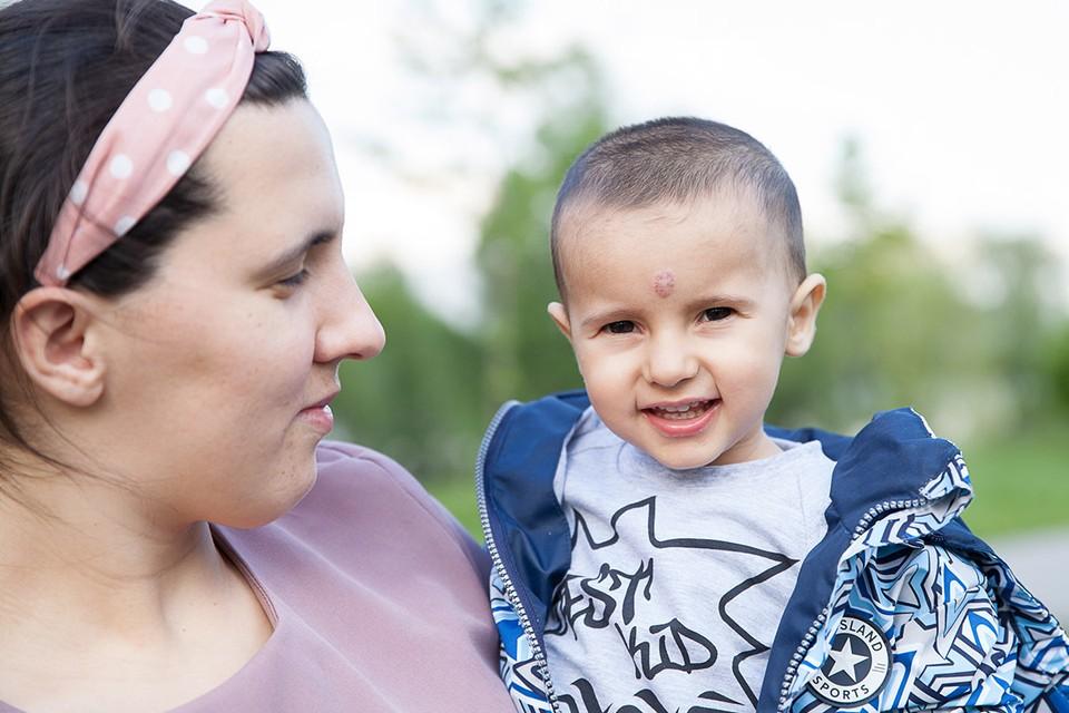 У Мурада только один шанс не погибнуть – операция в Москве, но, чтобы сделать ее, необходимы лекарства, на которые у деревенской семьи нет средств
