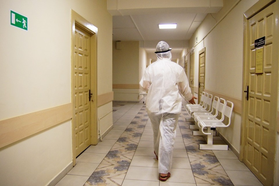 """В Витебске обокрали медика, который работает с коронавирусными пациентами: из-за особенностей входа и выхода в """"грязную зону"""" через шлюз врачи могут не заметить вовремя, что у них что-то пропало."""