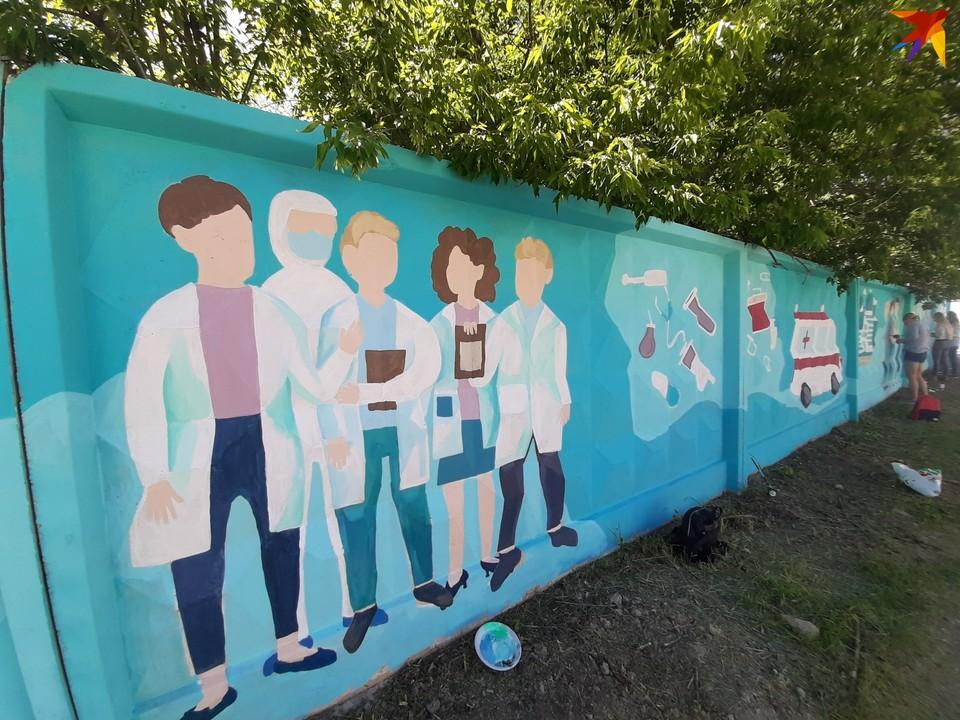 Стрит-арт с благодарностью врачам появился на заборе вдоль улицы Землянского.