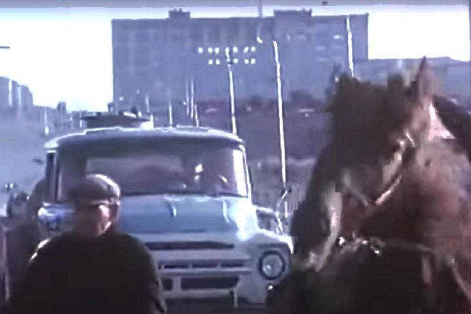 В 1960-х годах на дороге среди машин могли встретиться и повозки с лошадями. Фото: стоп-кадр.