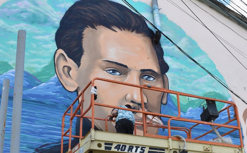 В основу граффити легла фотография молодого писателя, сделанная во время службы в Крыму. Фото: официальный сайт администрации Симферополя.
