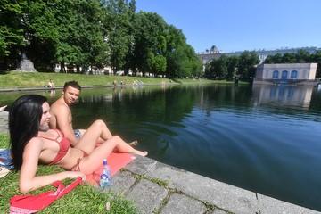 В Москве жара побила 130-летний рекорд: Девушки в купальниках прячутся от зноя