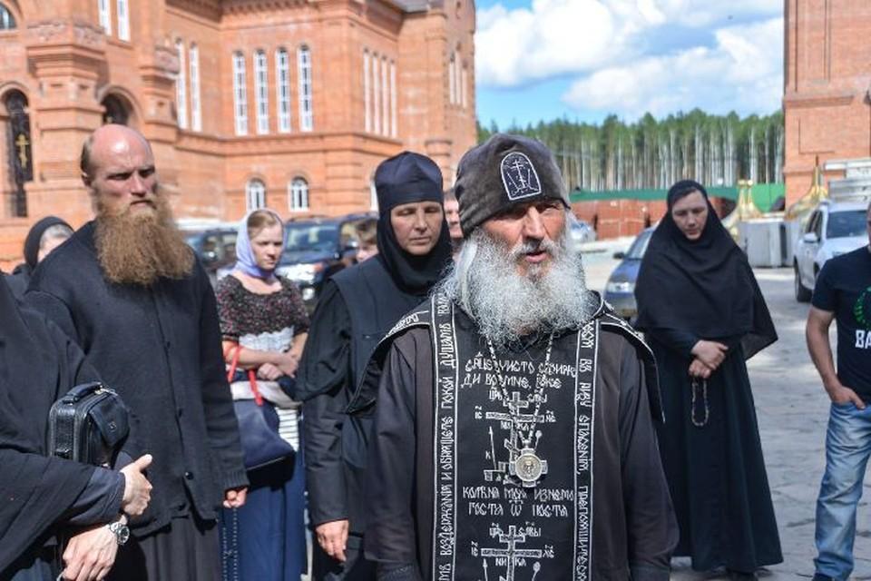 Отец Сергий в окружении своих монахинь.