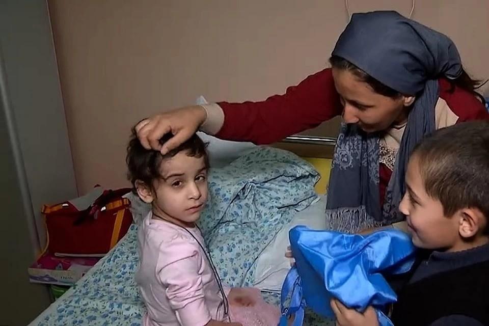 Аиша с братом Тимуром и мамой в больнице