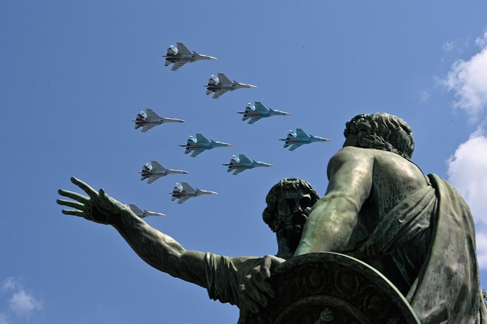 Ну а что касается воздушной части парада, то она повторяла «поднебесное действо» 9 Мая: армия показала свои лучшие боевые крылья