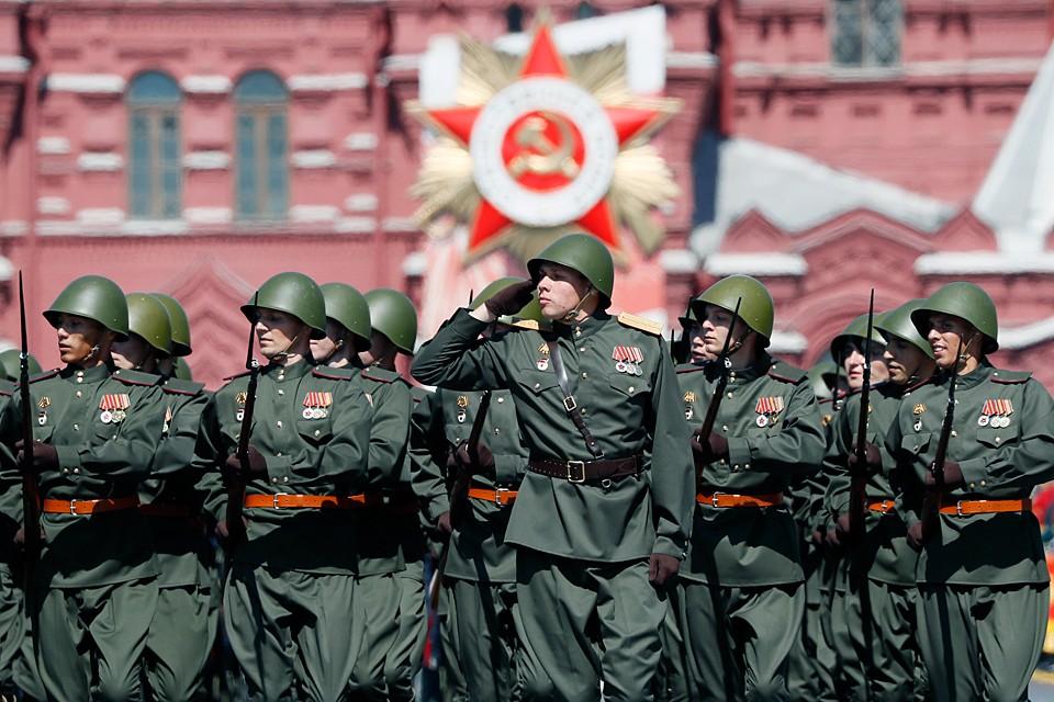 Одна из таких рот должна была «играть роль» пехоты времен Великой Отечественной войны и потому была облачена в соответствующую 1945 году форму. Фото EPA/YURI KOCHETKOV/ТАСС