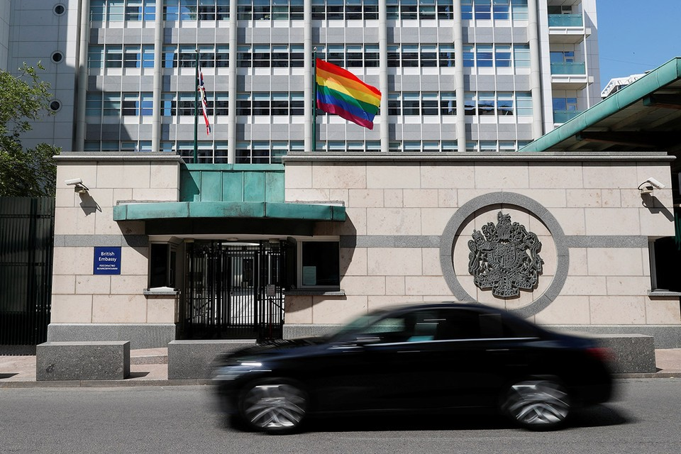 Флаг ЛГБТ на здании посольства Британии