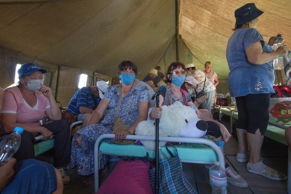Люди отправлены на обсервацию в специальный палаточный городок, развернутый 27 июня сотрудниками МЧС