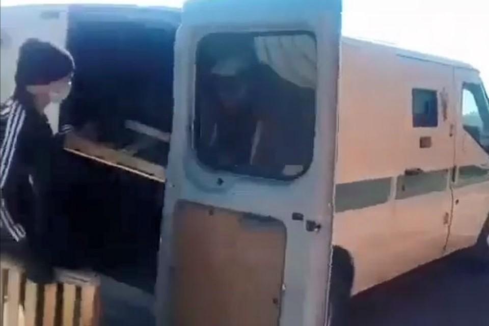 Не пропадет ни одна булочка: в Бурятии возят хлеб в бронированной инкассаторской машине. Фото: группа crimburyatia.ru