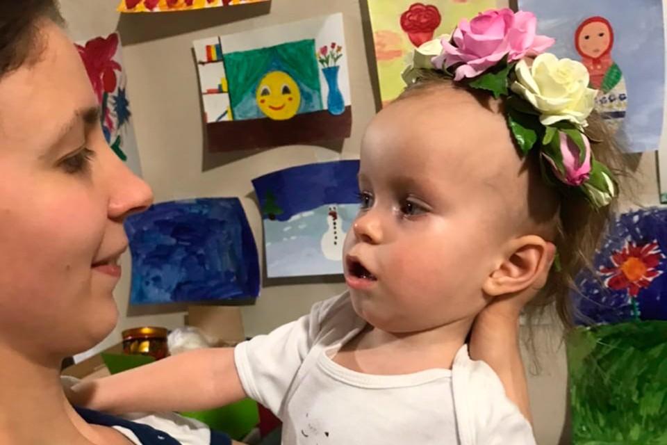 Двухлетняя Оля Шкринда из Санкт-Петербурга вынуждена большую часть времени находиться у мамы и папы на ручках.
