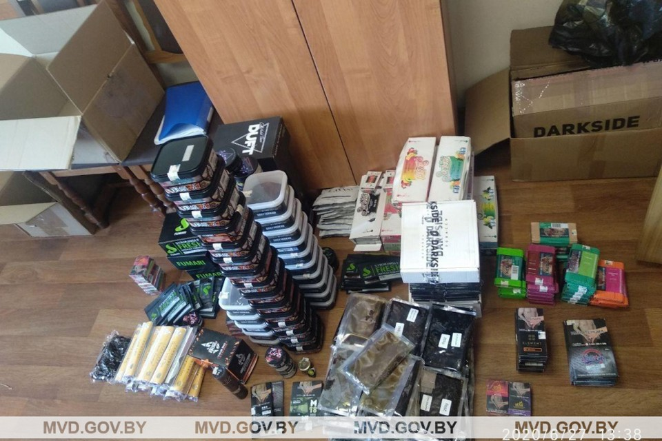 При обыске одного из гаражей в Октябрьском районе Минска силовики обнаружили около 650 упаковок табака для кальяна без белорусского акциза. Фото: mvd.gov.by