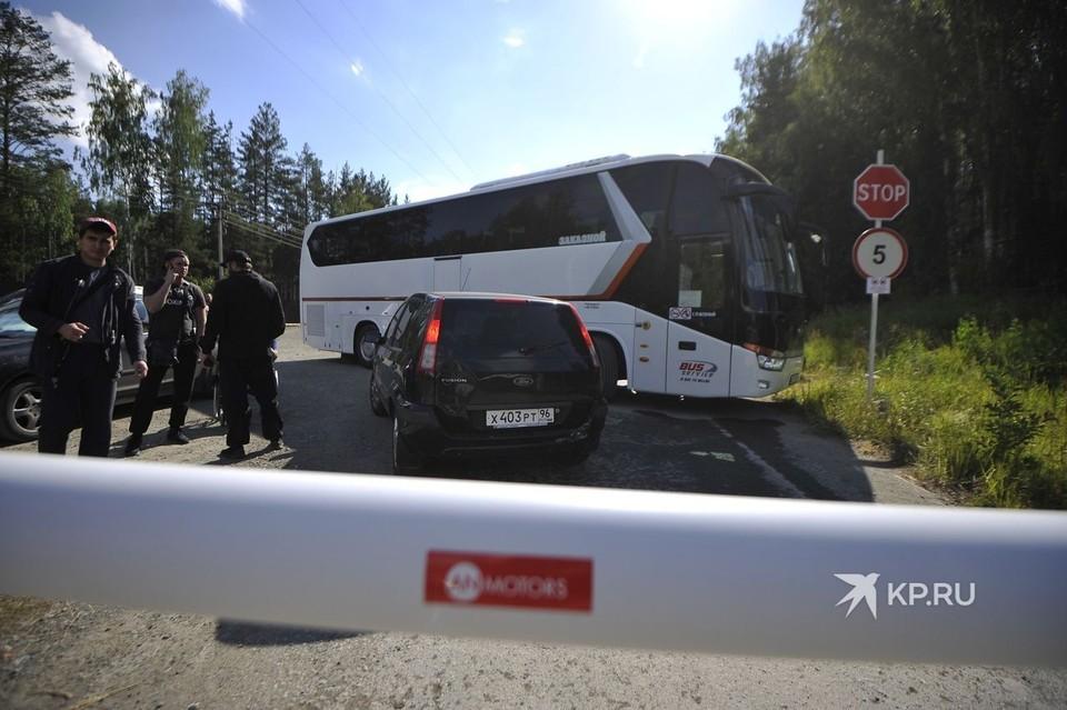 Въезд на территорию монастыря перекрыли автобусом для паломников.