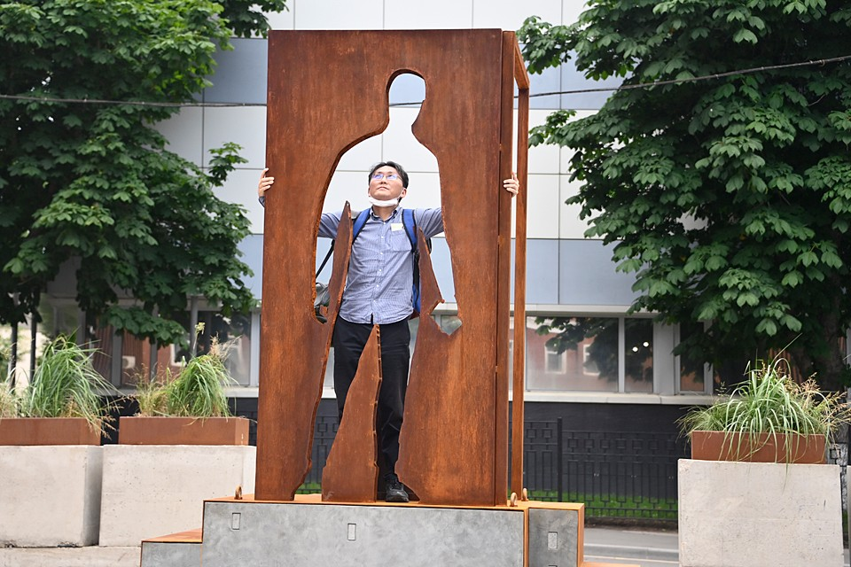 В знак благодарности в Москве установили первый в мире памятник курьерам