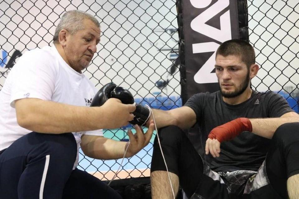 Хабиб Нурмагомедов с отцом во время тренировки. Фото: Инстаграм Хабиба Нурмагомедова.