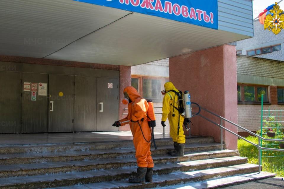 Школы обрабатывают перед очным этапом ЕГЭ. Фото: ГУ МЧС России по Тверской области