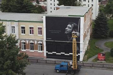 Петербургские художники нарисовали гигантское граффити с дирижером Гергиевым во Владикавказе