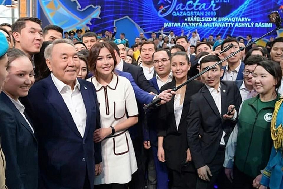 Первый президент Казахстана Нурсултан Назарбаев принимает поздравления