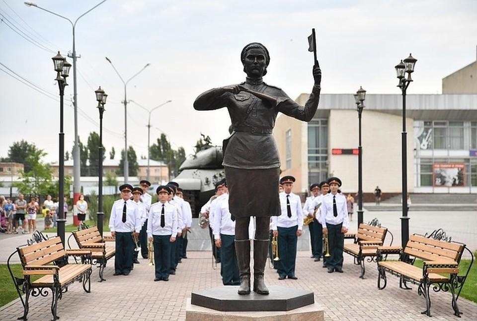 В Марксе появился памятник военным регулировщицам. Фото пресс-службы губернатора