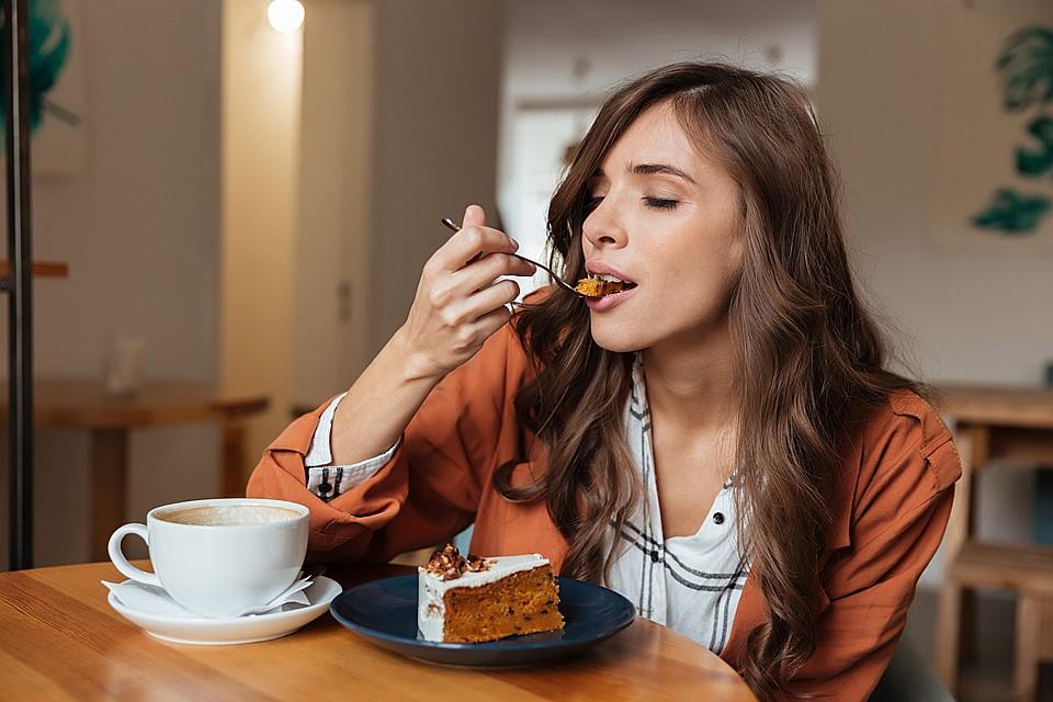 Сахар в нашем организме моментально перерабатывается в энергию. Но энергию не запасешь. Поэтому излишки углеводов становятся жиром