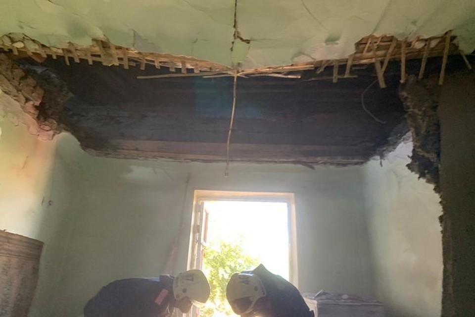 В Новосибирске обрушился потолок в многоквартирном доме. Фото: МЧС по Новосибирской области