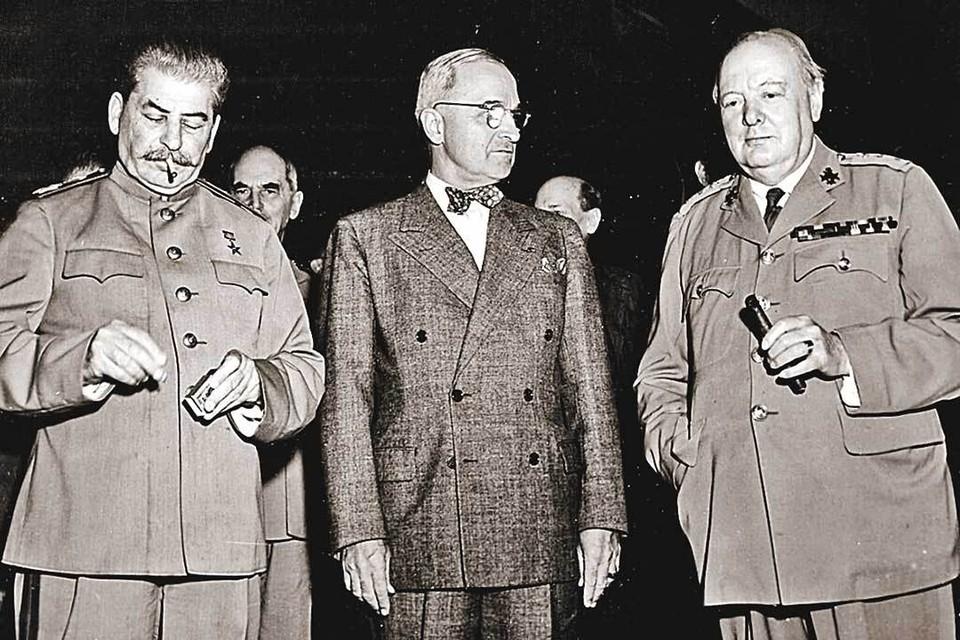 Трумэн (в центре) и Черчилль (справа) собирались в Потсдаме ошарашить Сталина новостью о ядерной бомбе. Но, как видим на фото, генсек остался невозмутимым. Фото: Bettmann Archive/gettyimages.com
