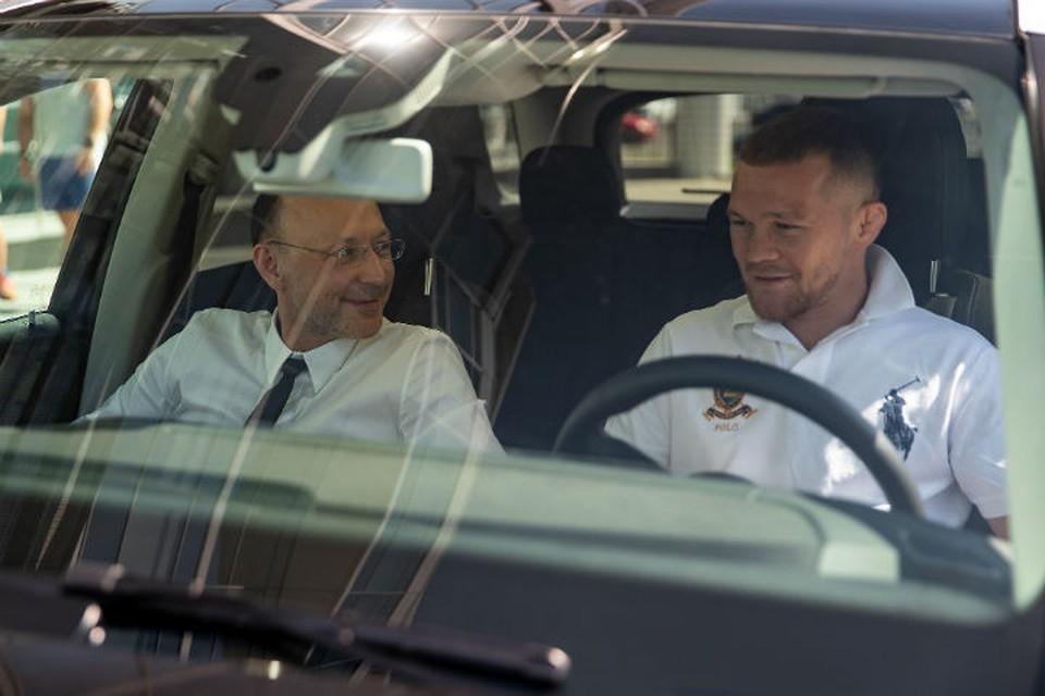Игорь Алтушкин и Петр Ян беседуют в новой машине Фото: пресс-служба бойцовского клуба «Архангел Михаил»