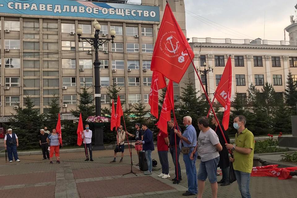 """У здания краевого правительства, на площади, в самом «гнезде"""" хабаровских протестов, власти тем временем применили секретное оружие."""