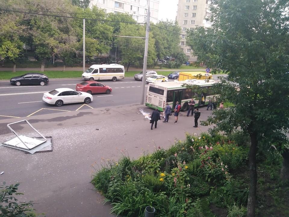 В Москве автобус снес остановку общественного транспорта